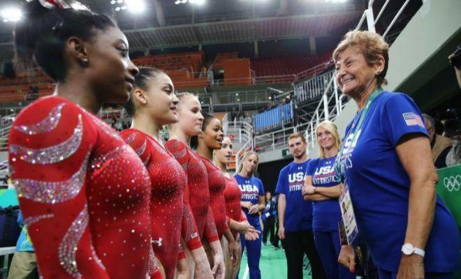Martha Karolyi y las chicas del equipo de EEUU, durante los pasados Juegos de Río.