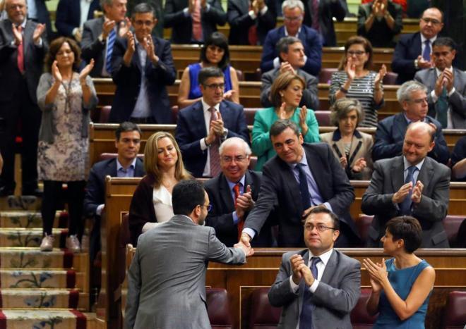 Antonio Hernando regresa a la bancada socialista después de su intervención en el debate de investidura de Mariano Rajoy.