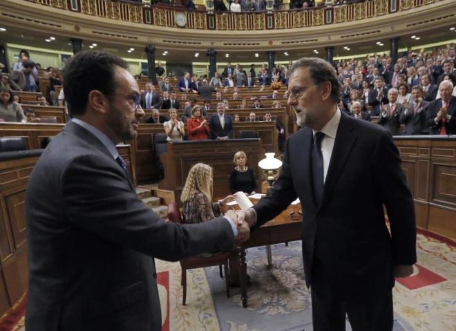 Antonio Hernando y Mariano Rajoy se saludan tras la investidura en el...