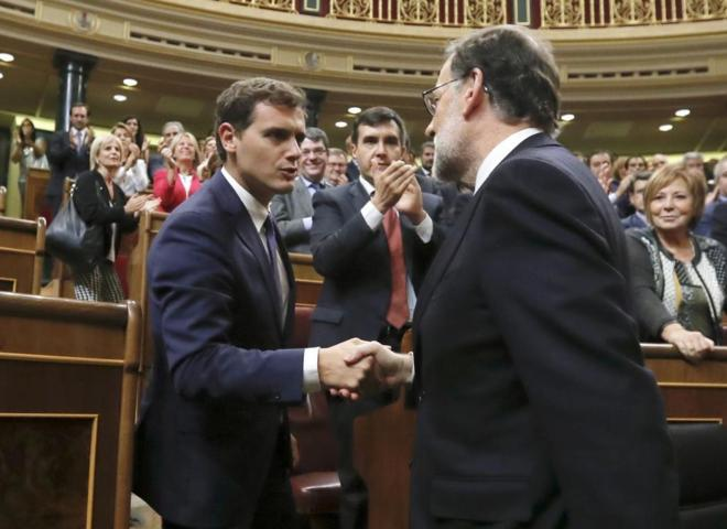 Albert Rivera felicita a Mariano Rajoy tras su investidura.