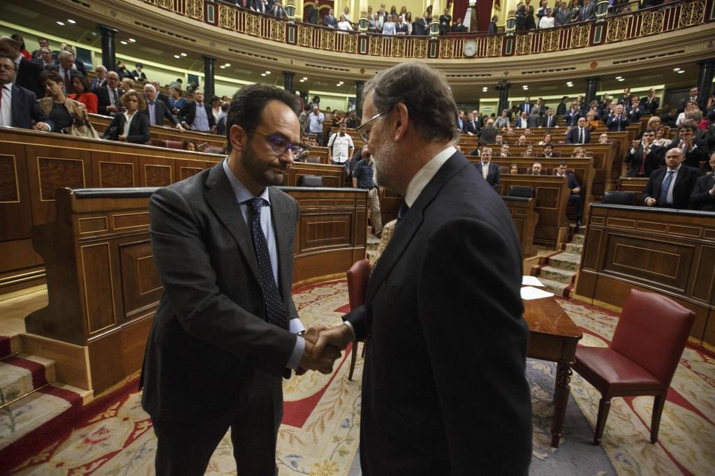 Antonio Hernando saluda a Mariano Rajoy en la última sesión de investidura.