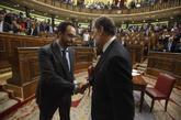 Antonio Hernando saluda a Mariano Rajoy en la última sesión de...