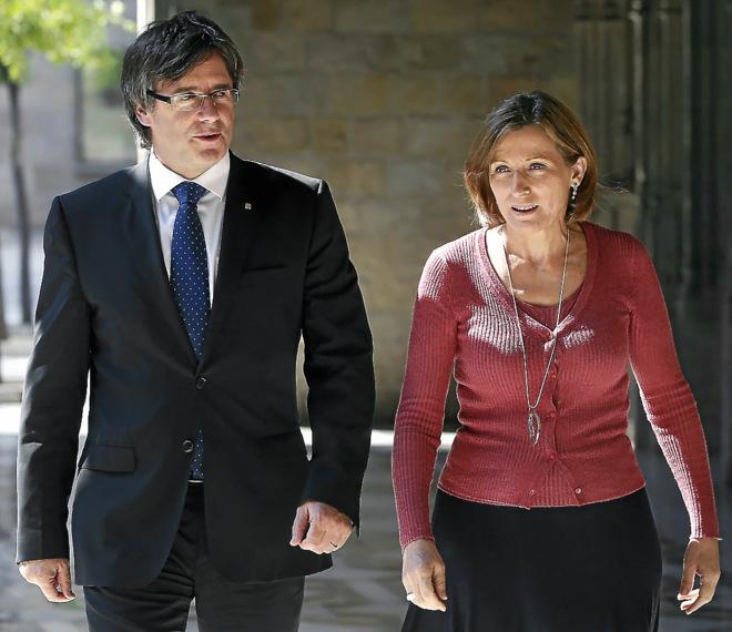 El presidente de la Generalitat, Carles Puigdemont, y la del...