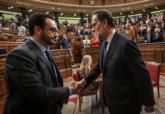 Antonio Hernando, portavoz del PSOE, felicita a Mariano Rajoy tras su...