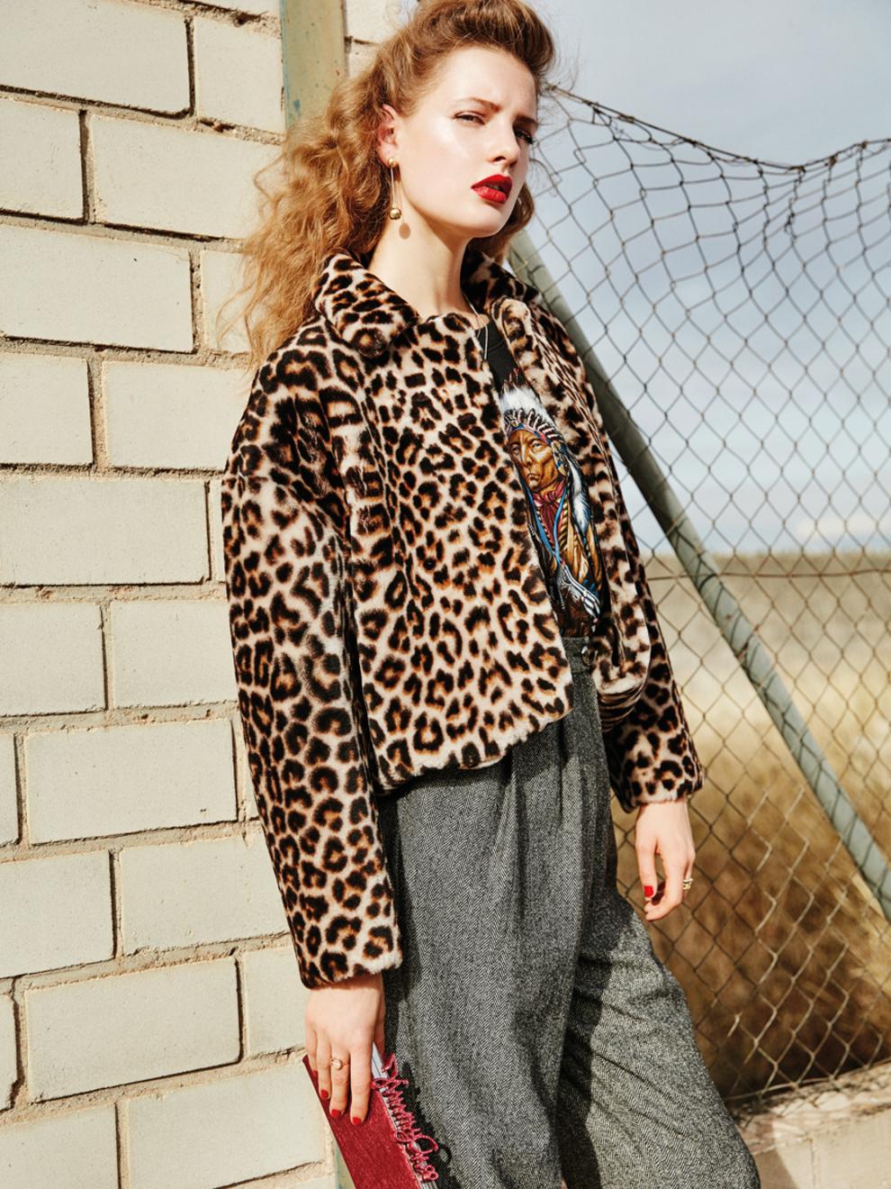 Abrigo de piel (1.695 euros), de Sandro. Camiseta vintage, de Calippo....
