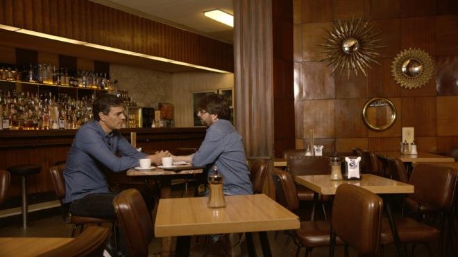 Pedro Sánchez y Jordi Évole, en la grabación de 'Salvados' en la cafetería HD de Madrid.