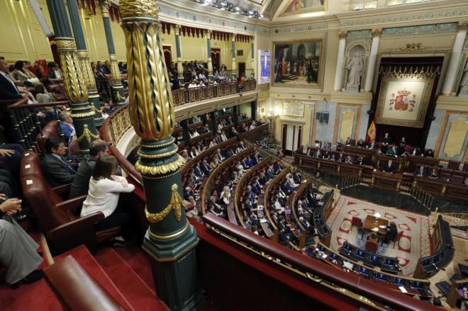 A la izquierda, el presidente de la Gestora del PSOE, Javier Fernández, escucha a Rajoy en la sesión de investidura.