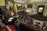 A la izquierda, el presidente de la Gestora del PSOE, Javier...