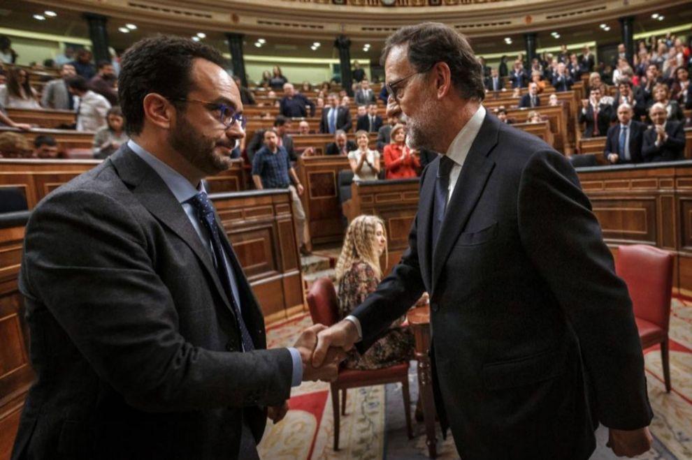 Antonio Hernando, portavoz del PSOE en el Congreso, felicita a Mariano...