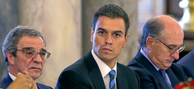 El ex secretario general del PSOE Pedro Sánchez, junto a César...