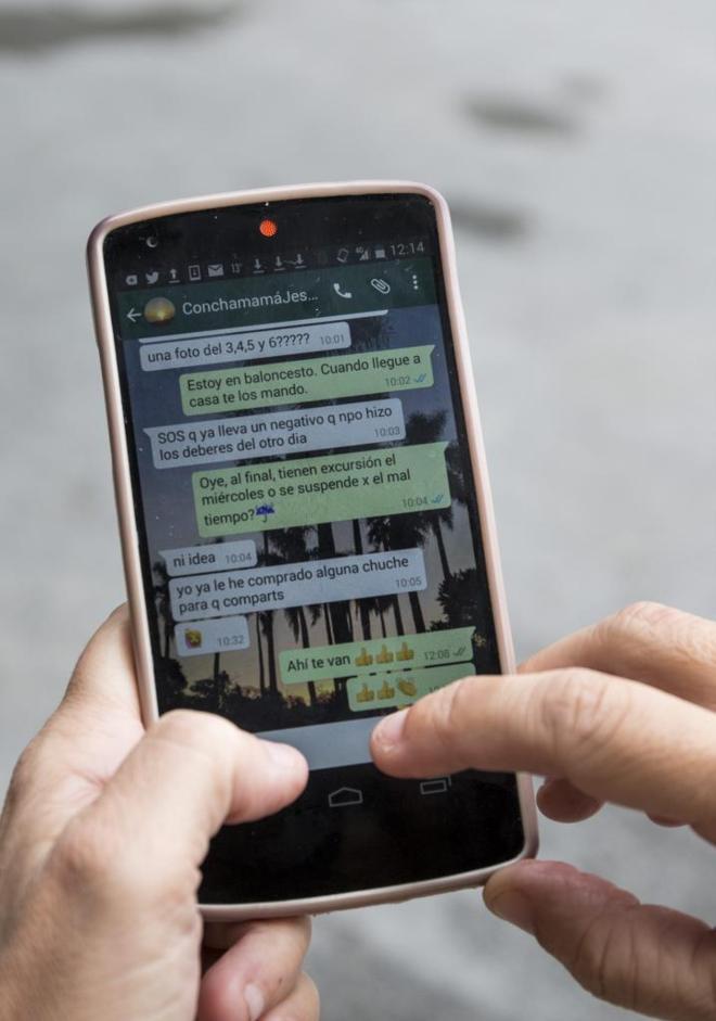 Teléfono móvil con una conversación de WhatsApp.