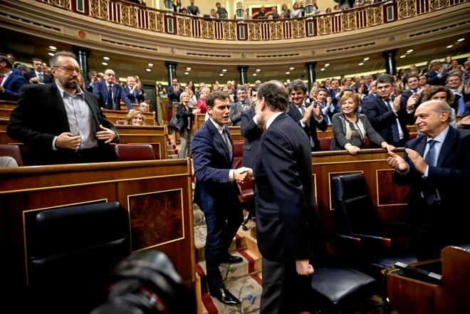 El presidente del Gobierno, Mariano Rajoy, saluda al líder de...