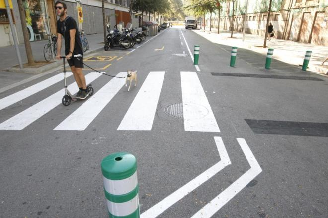 Un joven patinando por una de las calles de la 'supermanzana' de...