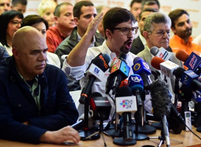 De izquierda a derecha: Jesus Torrealba. Freddy Guevara y Henry Ramos Allup, durante la rueda de prensa consjunta en Caracas.
