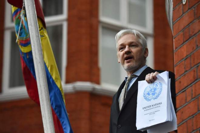 Julian Assange se dirige a la prensa desde la embajada de Ecuador en Londres.