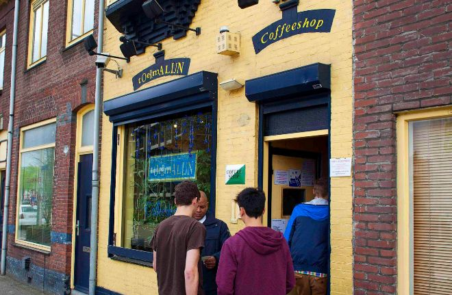 Dos jóvenes haciendo cola para entrar en un Coffeeshop de Holanda