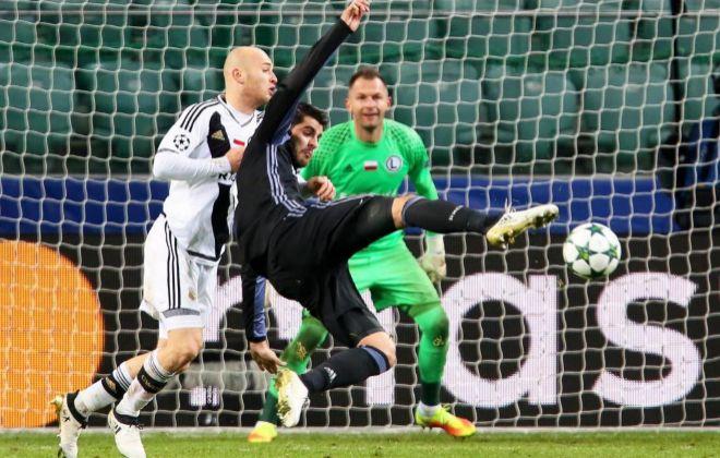 Morata intenta un remate en el partido frente al Legia Varsovia.