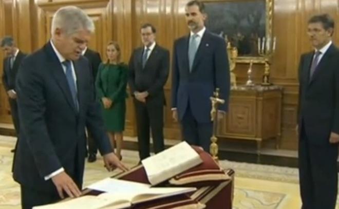 Alfonso Dastis jura ante el Rey su cargo de Ministro de Exteriores.