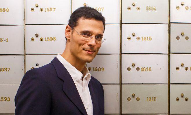 Marcos Chicot, finalista del Premio Planeta, posa en el Instituto Cervantes