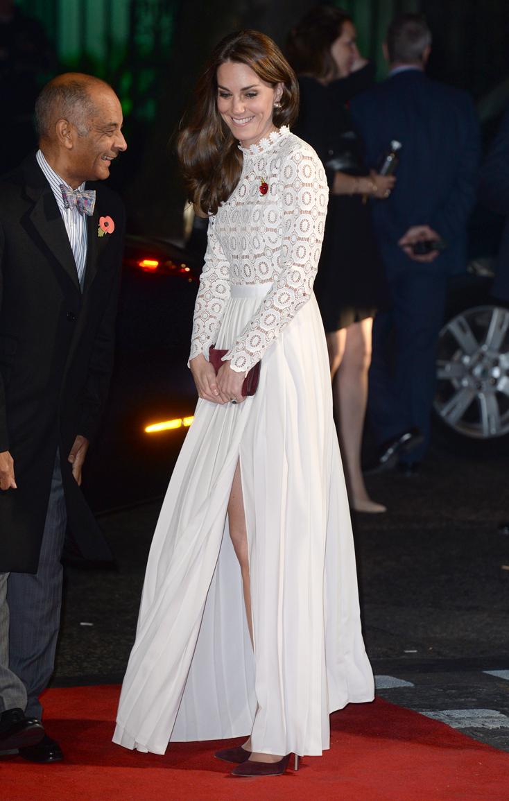 La duquesa de Cambridge eligió un diseño blanco con falda de seda y...