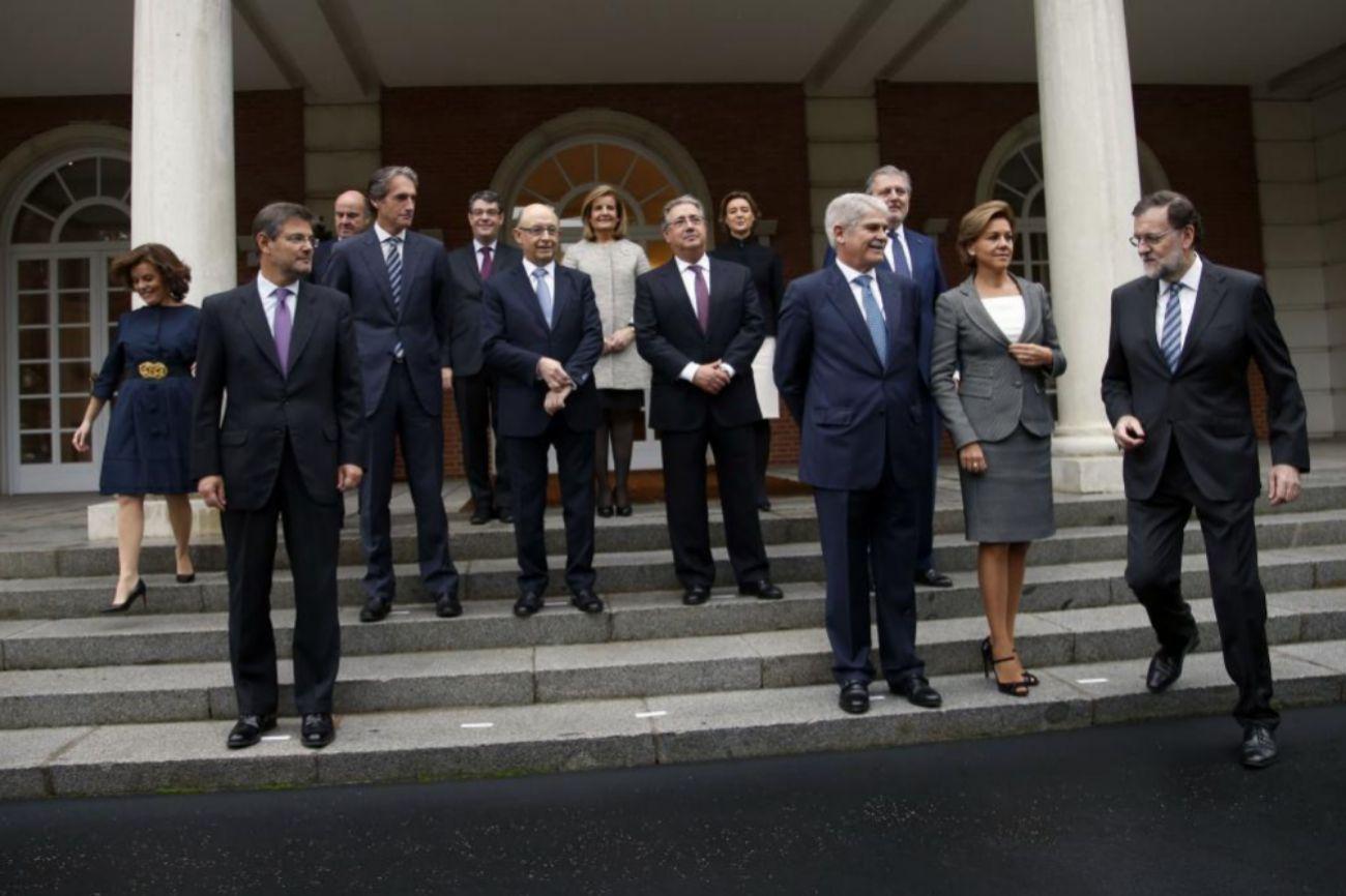 Los ocho hombres y las cinco mujeres que conforman, junto al presidente Mariano Rajoy, el nuevo Ejecutivo se preparan para posar frente a los medios de comunicación.