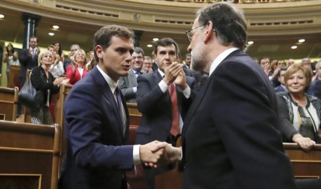 Albert Rivera y Mariano Rajoy se saludan tras la investidura del...