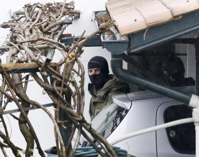 Dos agentes de la Policía francesa, tras la detención de Mikel...