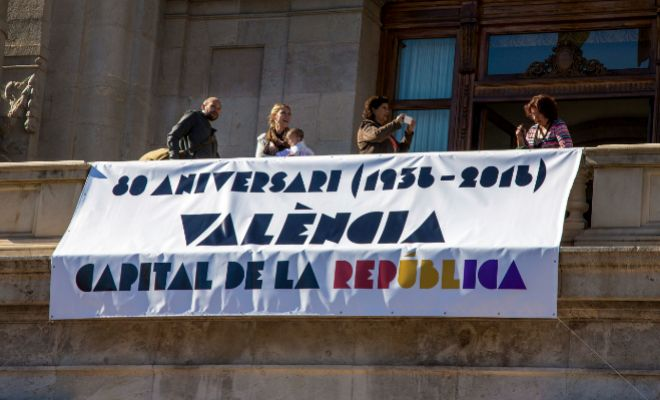 Pancarta desplegada en el balcón del Ayuntamiento de Valencia para conmemorar la capitalidad de Valencia desde 1936 hasta 1937.