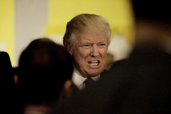 El candidato republicano, Donald Trump, saluda a sus simpatizantes después de votar en la ciudad de Nueva York.