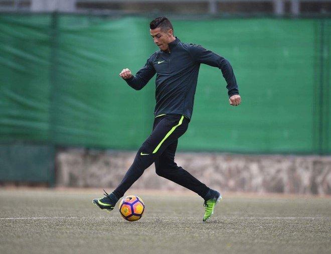 Cristiano Ronaldo vestido para la firma Nike en una imagen promocional.   nikefootball 38e6be83d9c28