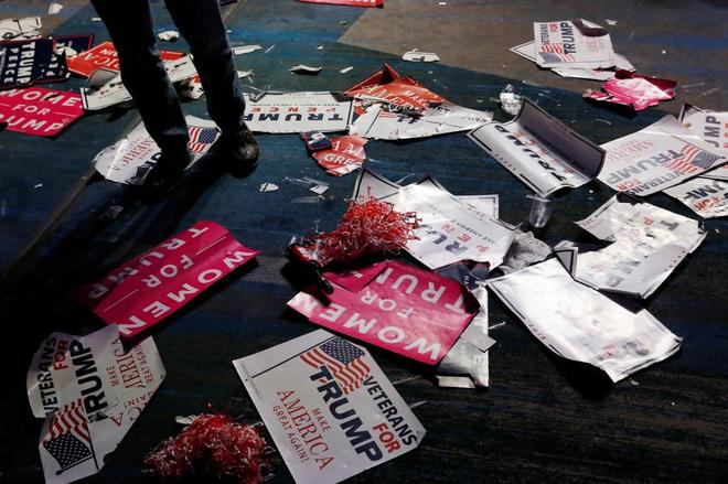 Carteles en favor del candidato republicano, en el suelo, tras anunciarse su victoria.