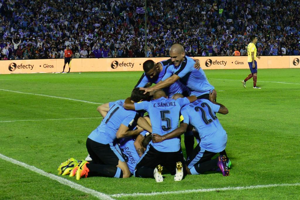 Uruguay venció 2-1 a Ecuador en la que es su sexta victoria en Montevideo. Los charrúas, imbatibles en casa, son segundos a un punto de Brasil.