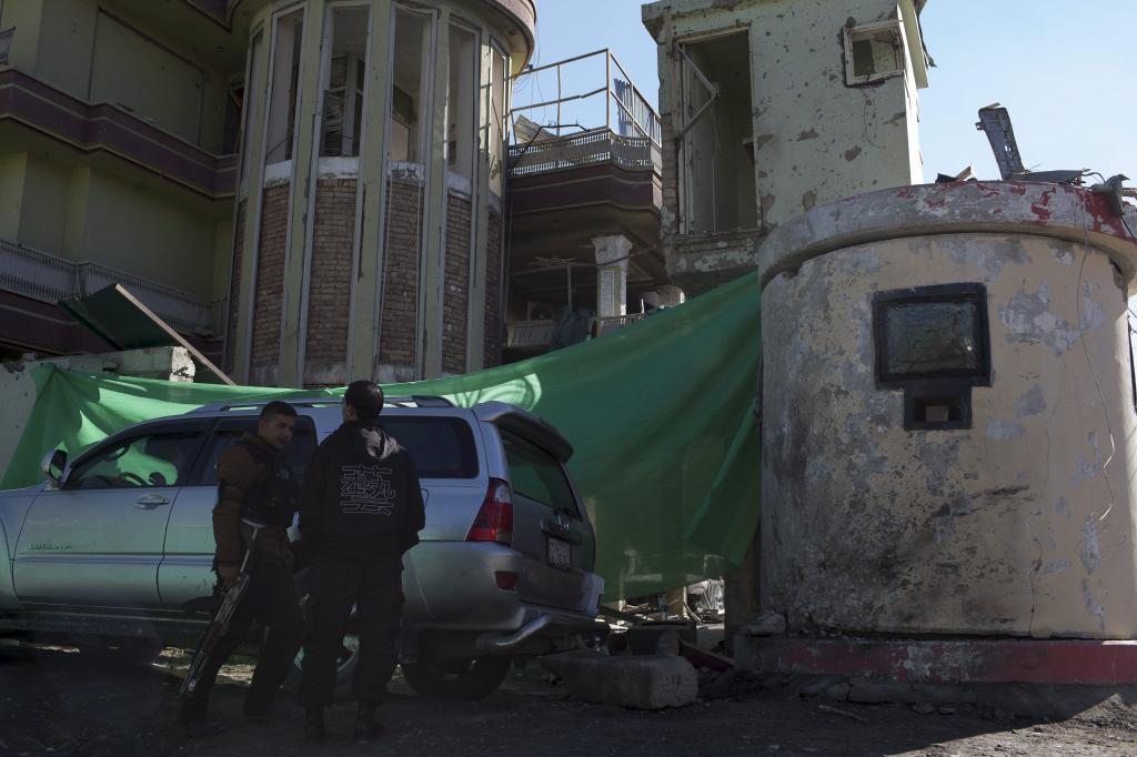 El lugar de la embajada española en Kabul donde explotó el coche...
