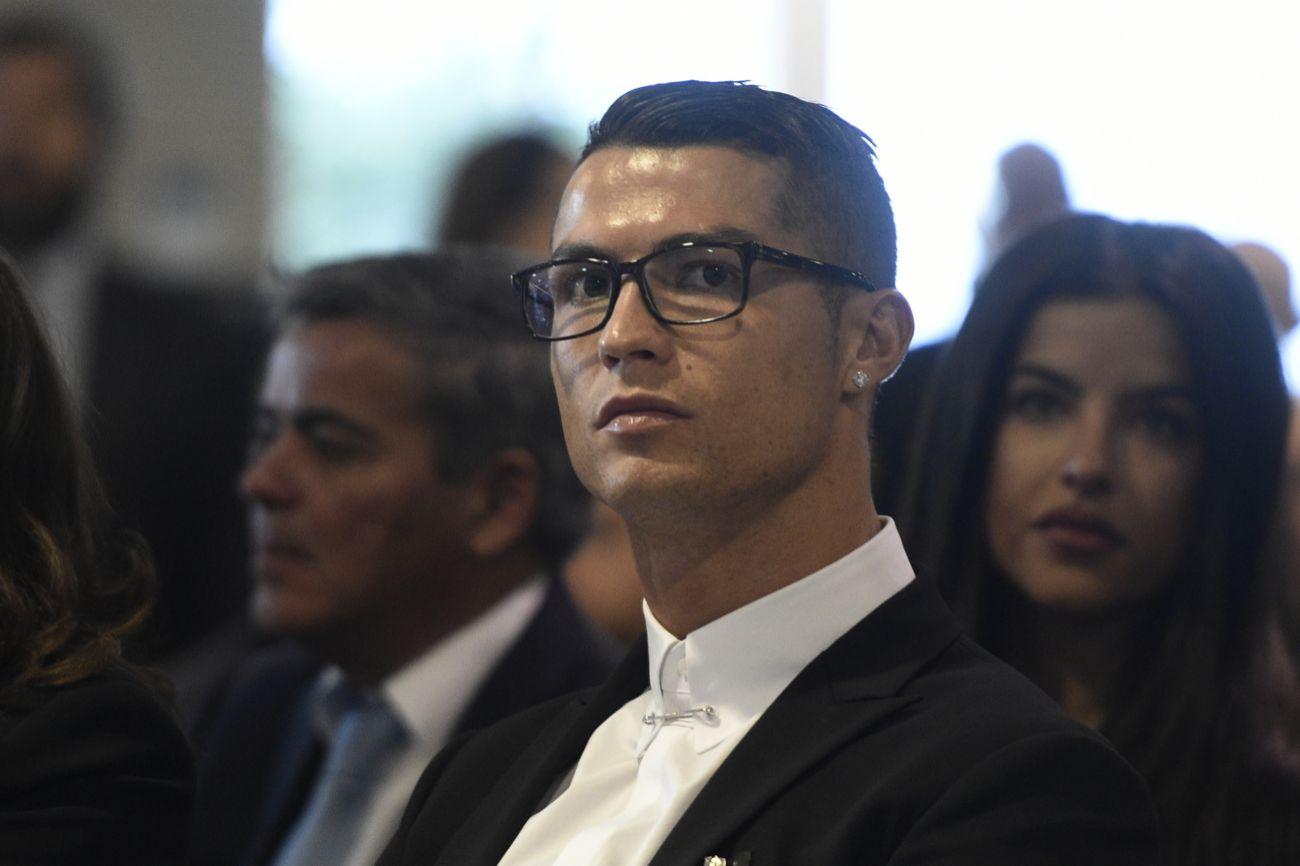 Cristiano Ronaldo da un giro a su imagen con unas gafas sin graduar ... adb2aa889720c