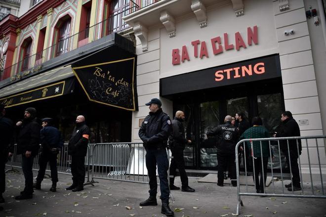 Varios policías frente a la sala Bataclan, donde actúa este sábado Sting.