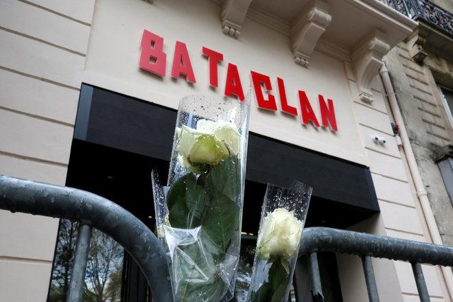 Rosas blancas ante la fachada de Bataclan, en París, un año después de los ataques del 13-N.