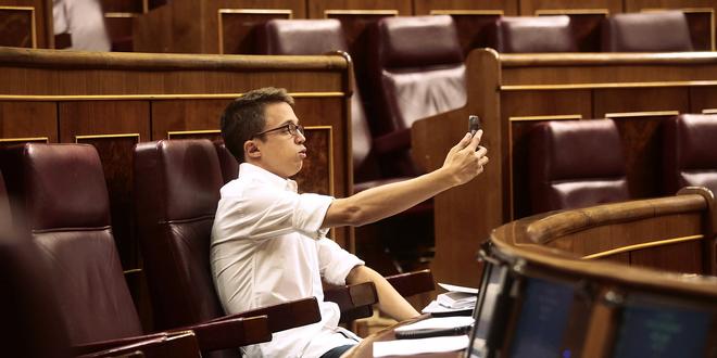 Íñigo Errejón se graba un vídeo con el teléfono móvil desde su...