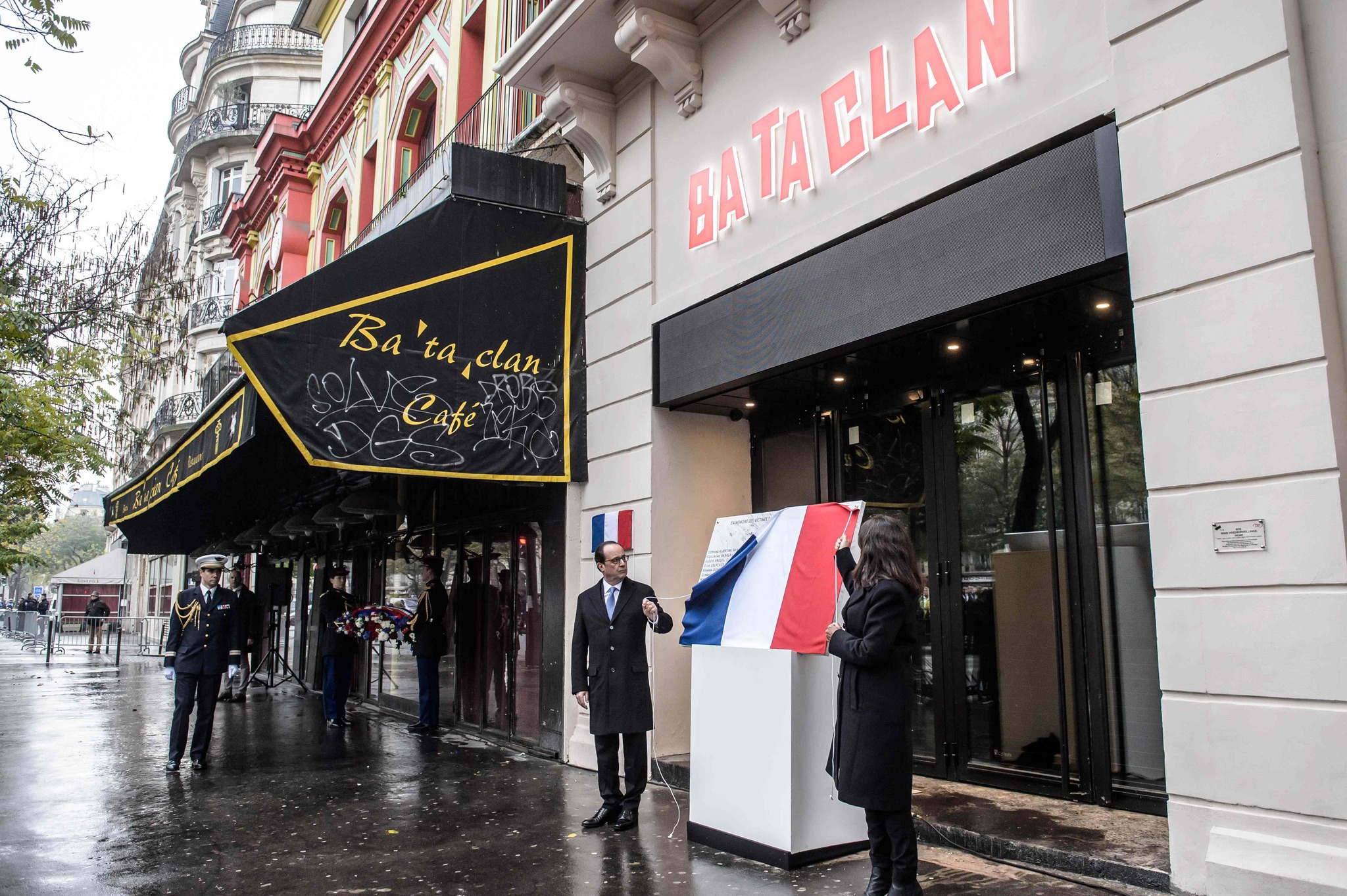 El presidente francés, François Hollande, y la alcaldesa de París, Anne Hidalgo, descubren una placa este domingo ante la sala de conciertos Bataclan, en París.