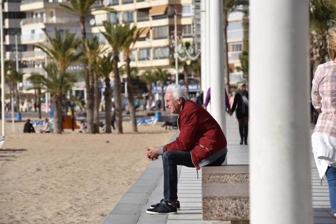 Un jubilado disfruta del sol en la playa de Levante en Benidorm.