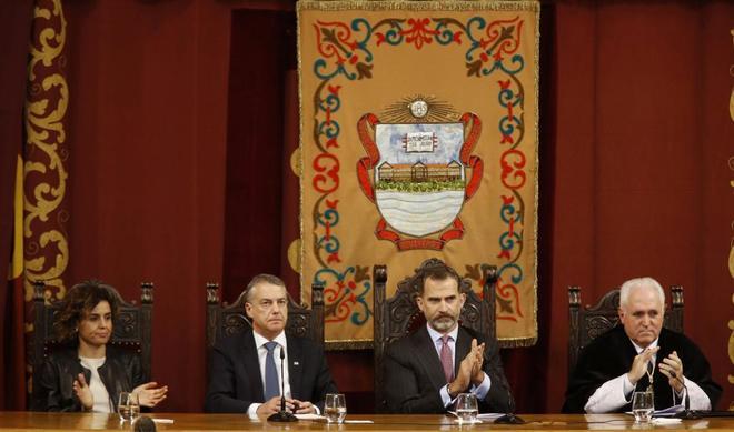 El Rey Felipe junto al lehendakari, Íñigo Urkullu; la ministra de...
