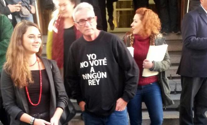 """El diputado de Podemos Diego Cañamero ha llegado al Congreso con una camiseta con el lema: """"Yo no voté a ningún Rey""""."""