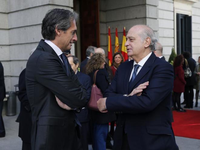 El ex ministro del Interior, Jorge Fernández Díaz, conversa con el...