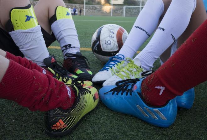 Un entrenador de fútbol  quiere que ningún niño se quede sin poder jugar.
