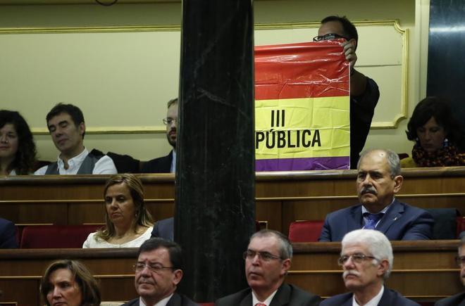 El senador de IU Iñaki Bernal con una bandera republicana durante el discurso del Rey Felipe VI.