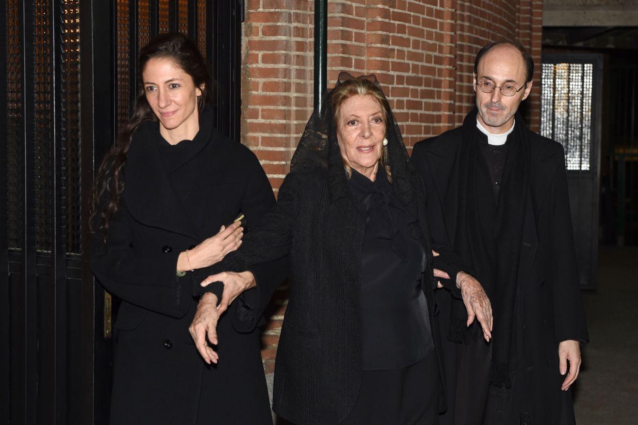 Pitita Ridruejo, acompañada por su hija Claudia y algunos amigos y...