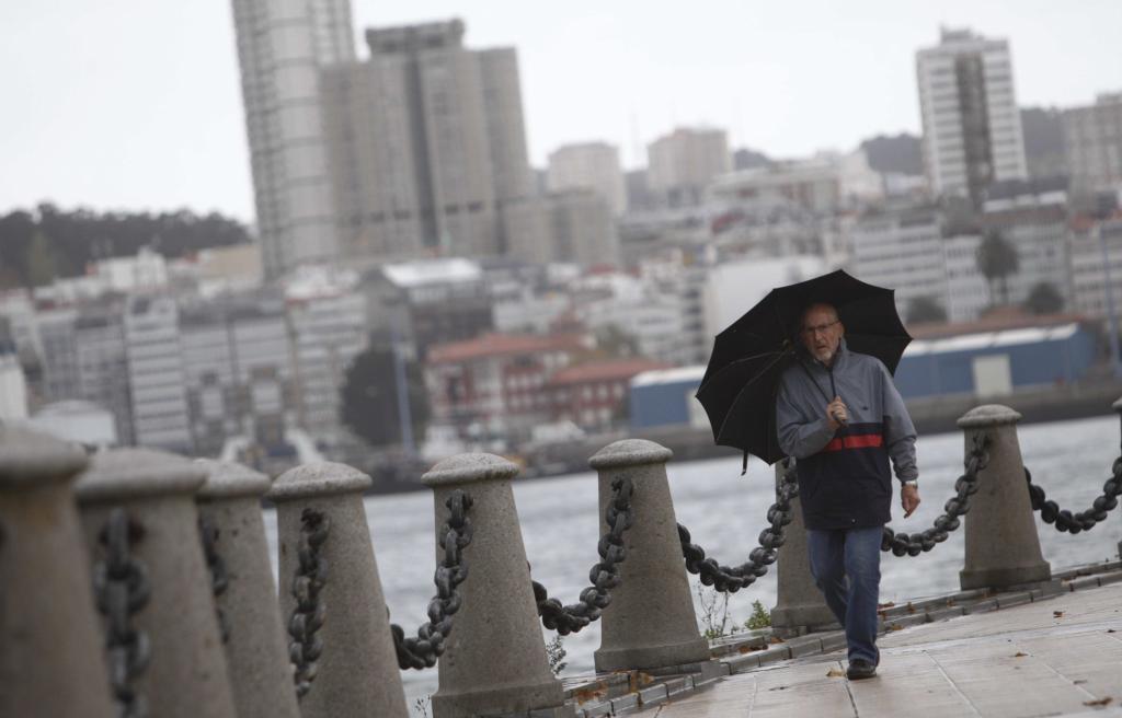 Un hombre camina por el paseo marítimo de A Coruña este viernes.