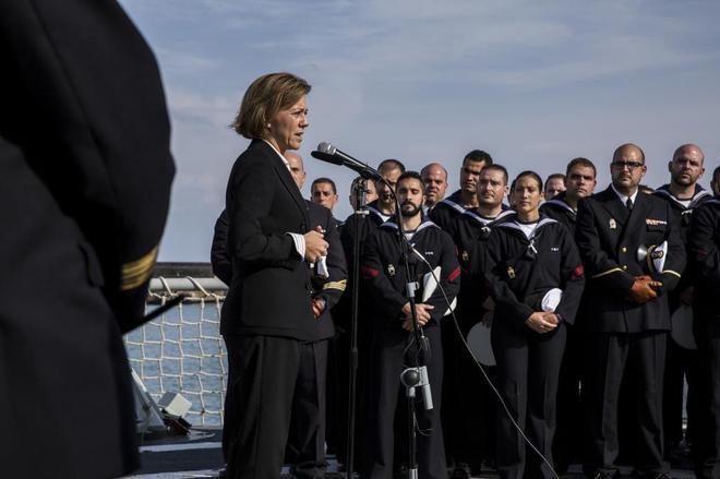María Dolores de Cospedal se dirige a la tripulación de la fragata...