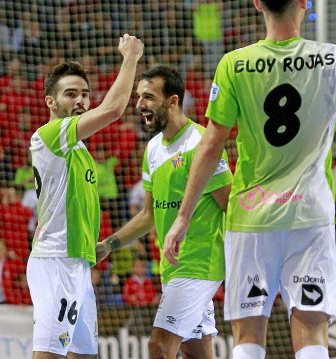 Chicho y Carlitos, autores del 1-0 y 2-0 respectivamente, celebran el primer gol del Palma Futsal, ayer.