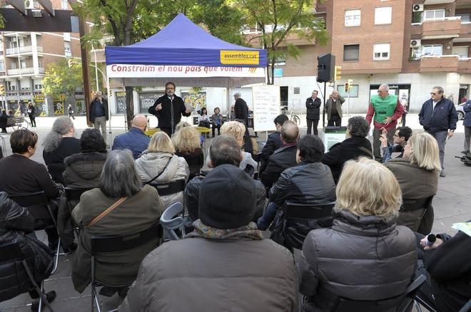 Representantes de ANC y la plataforma Súmate, en un acto celebrado en el barrio barcelonés de Nou Barris.
