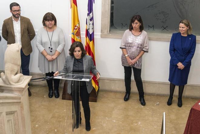 Francina Armengol junto a Huertas, Hila y Sáenz de Santamaría durante la toma de posesión de Salom.